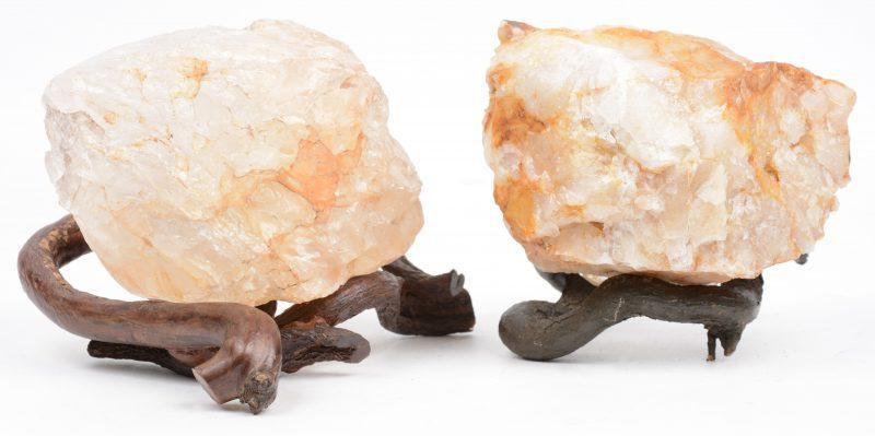 Twee bergkristallen met wortelhouten sokkel.