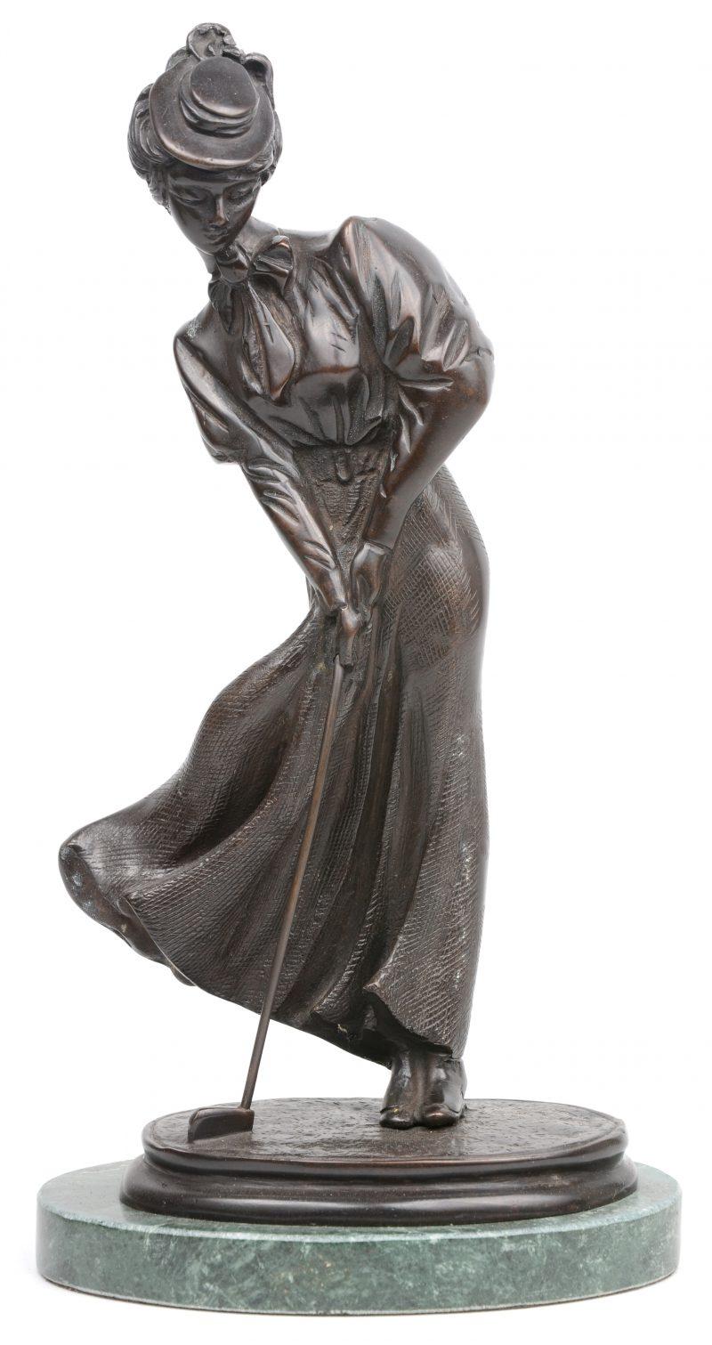 """""""Golfspeelster"""". Een bronzen beeld op groen marmeren sokkel."""