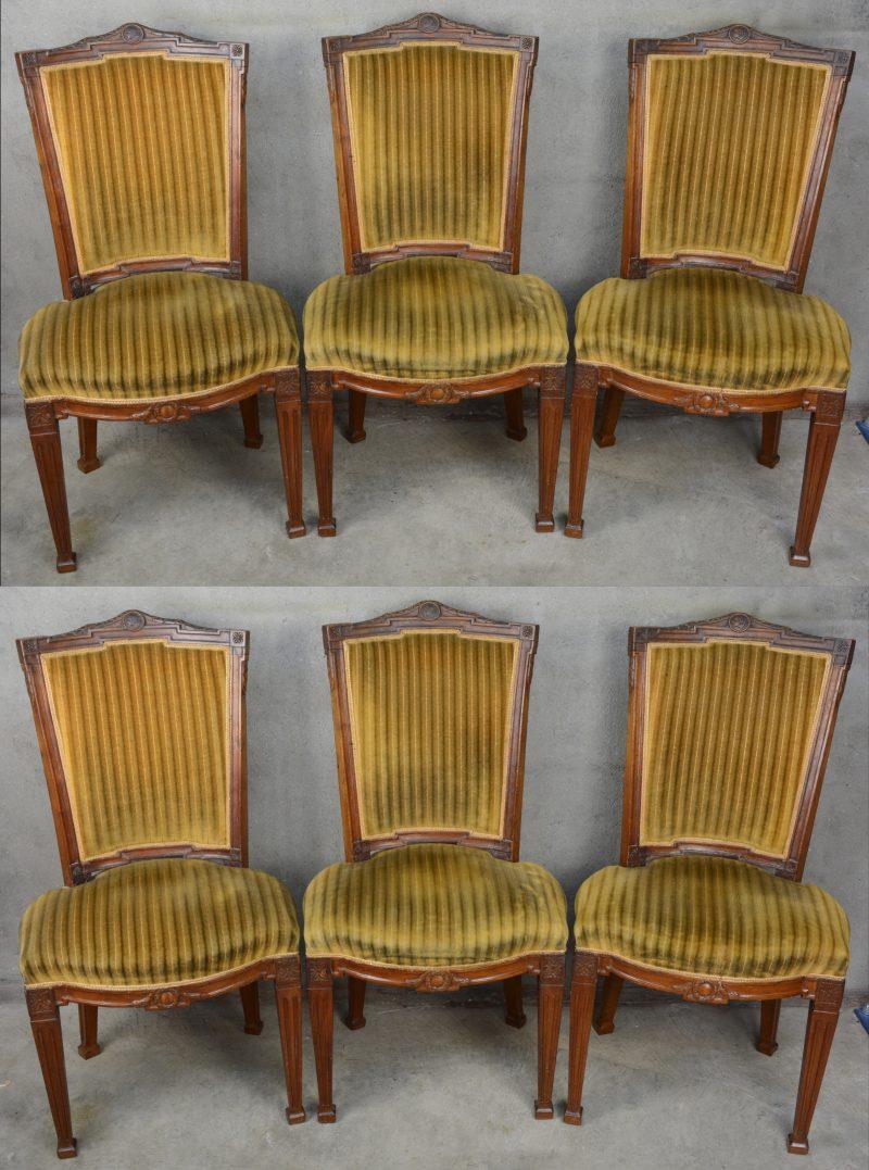 Een serie van zes notenhouten stoelen in Hollandse Lodewijk XVI-stijl. Ruggen versierd met een guirlande en met een centraal vrouwenhoofd in medaillon. Gestreept fluwelen bekleding. Begin XIXde eeuw.
