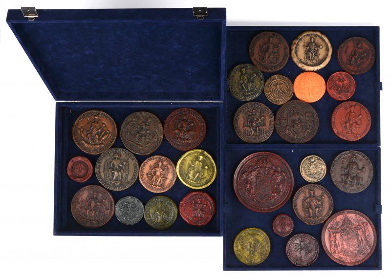 """""""Ziegel Deutscher Kaiser und Könige"""". Een lot van 28 replica's van Duitse historische zegels uit kunststof en was. In kistje."""