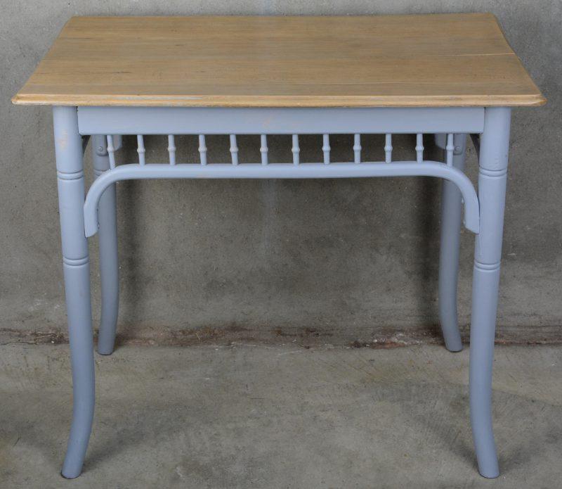 Een houten keukentafel met grijsgepatineerde poten.