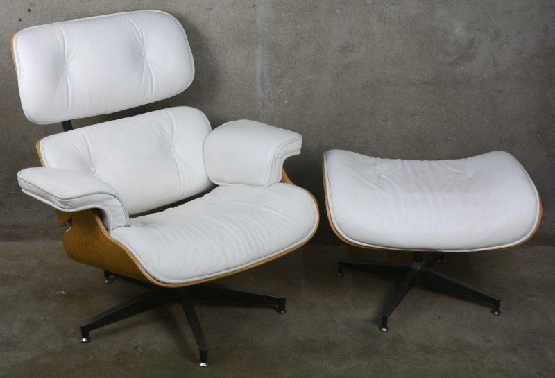 Een lounge chair met ottoman naar model van Eames. Met wit lederen bekleding. Lichte gebruikssporen.