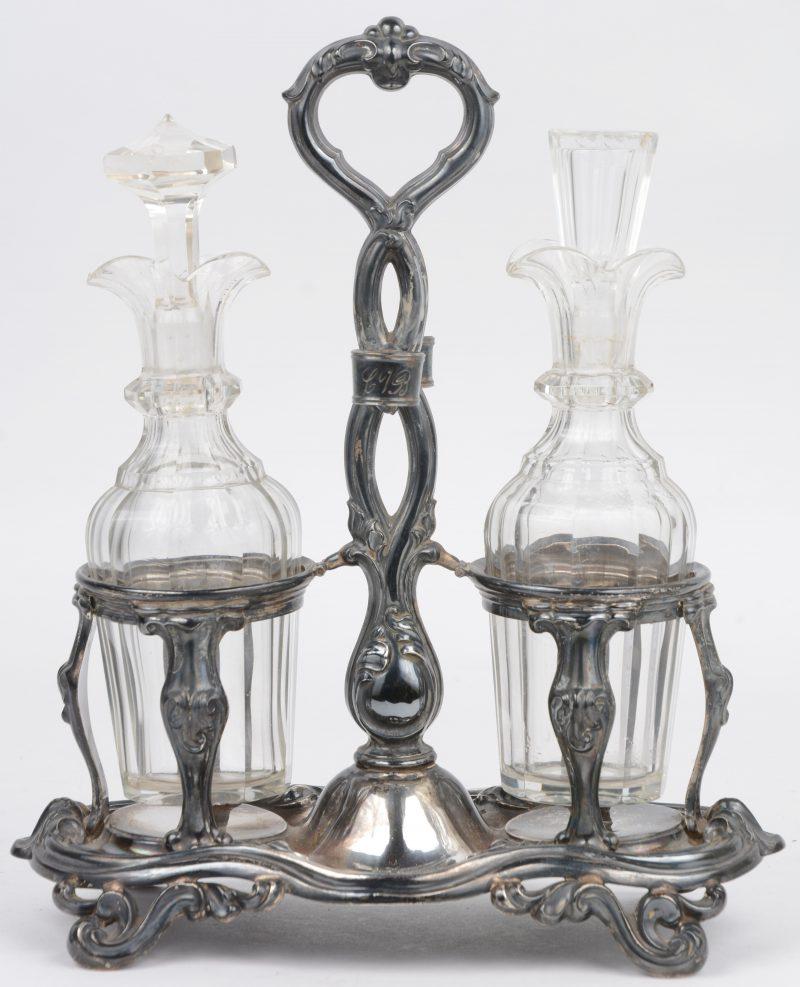 Een olie- en azijnstelletje met kristallen flesjes in 813‰ zilveren montuur. Mogeljik Duitsland, XIXe eeuw. 230 gram (zonder flesjes)