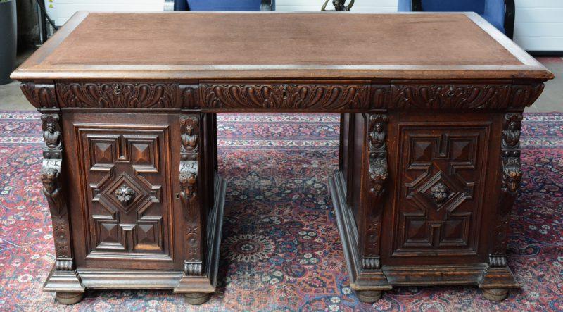 Een eikenhouten bureau in Mechelse renaissancestijl met zes laden in de gordel.