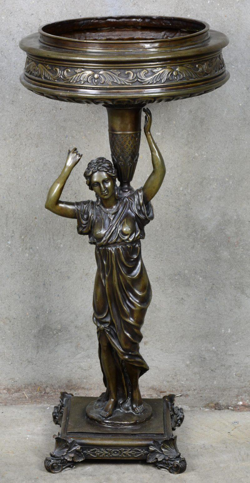 Een bronzen sierjardinière, gedragen door een vrouwenfiguur.