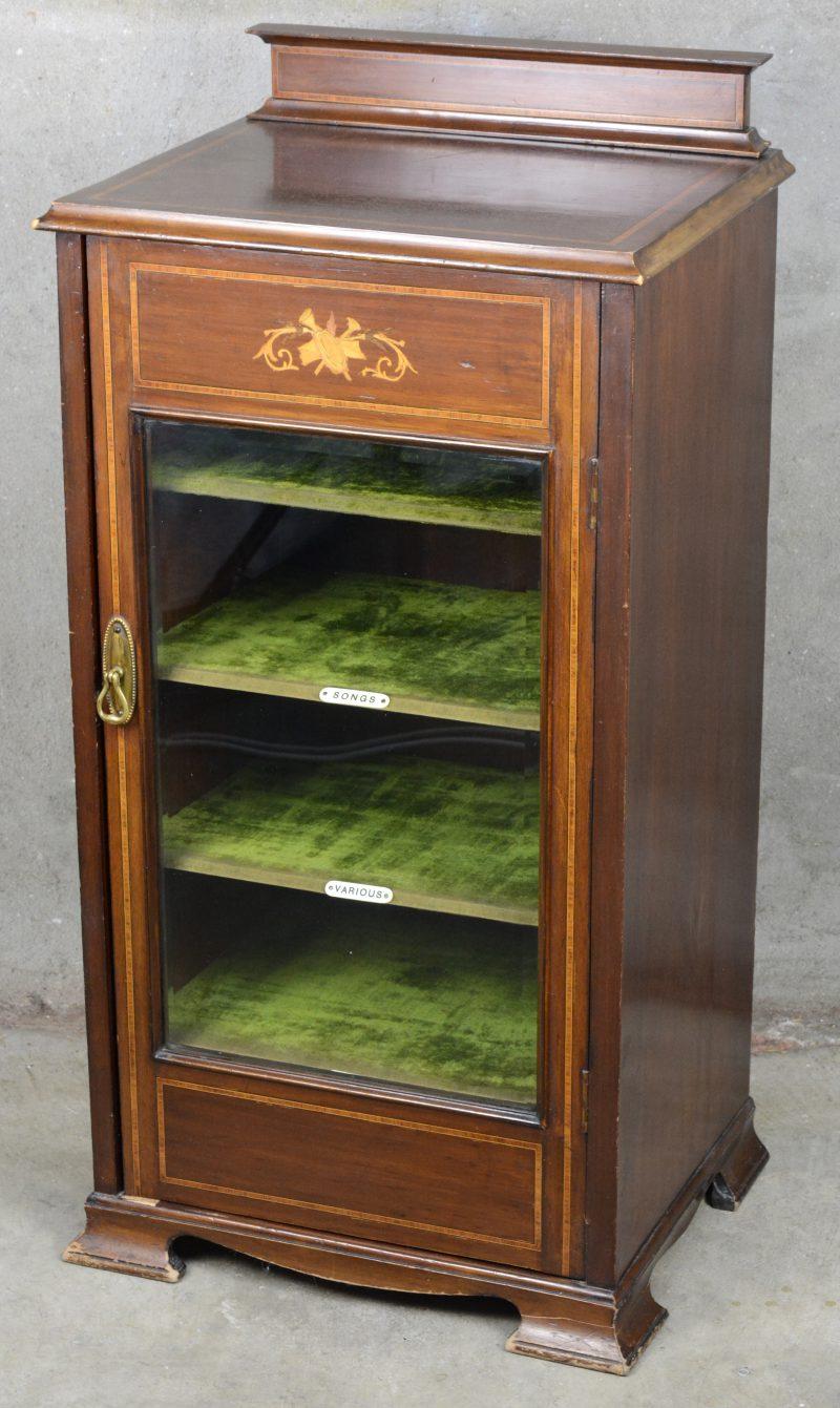 Een Engels platenkastje met gevitreerde deur en versierd met inlegwerk.