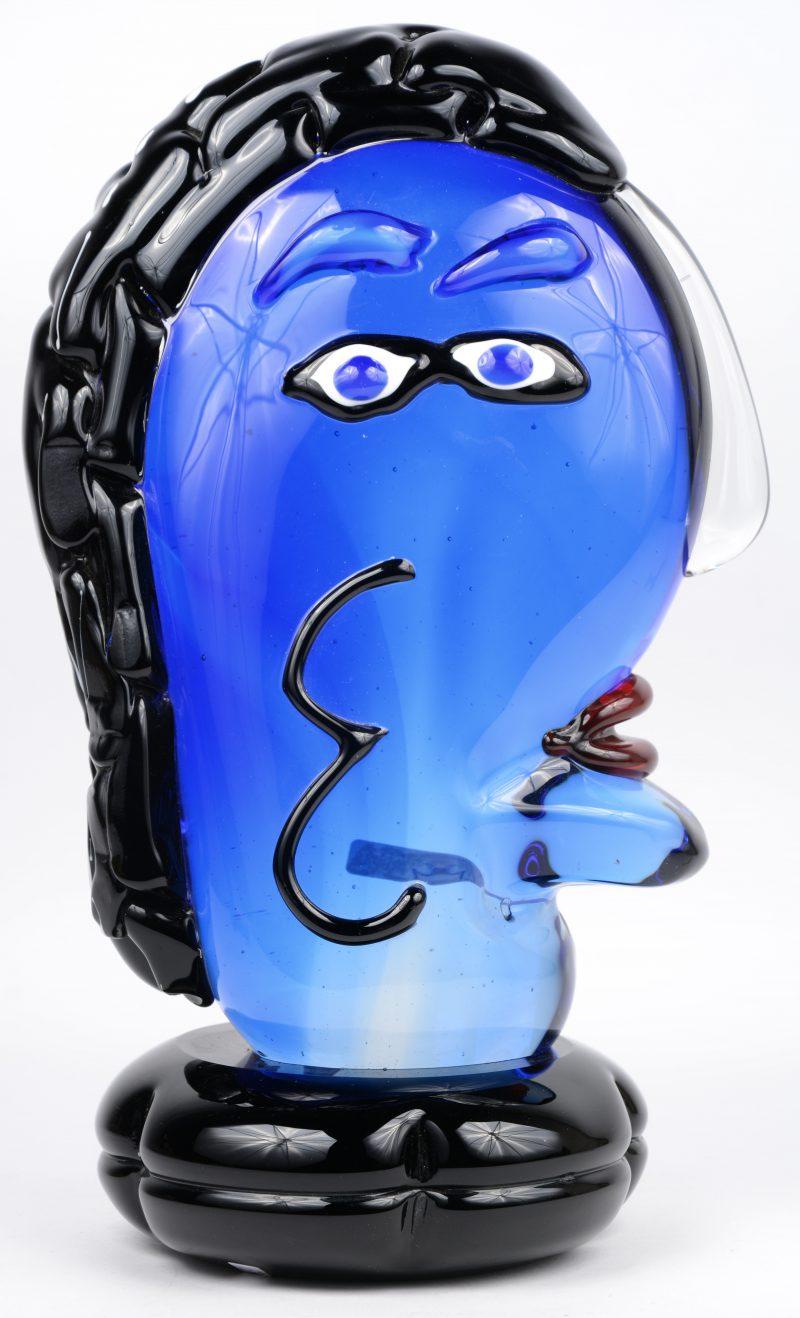 Een hoofd van meerkleurig Muranoglas in de geest van Picasso.