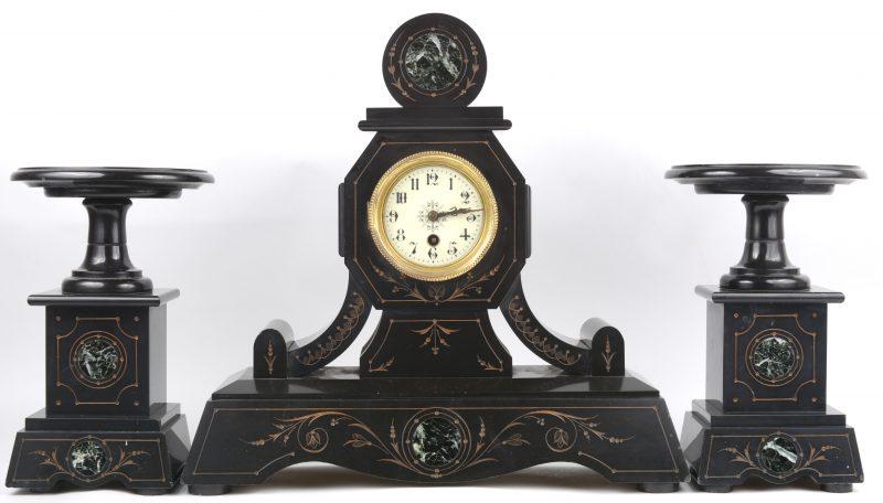 Een zwartmarmeren schouwpendule met twee bijpassende cassolettes, versierd met groen marmeren details. Zonder sleutel.
