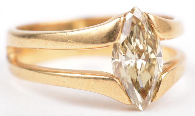 Een 18 K geelgouden ring bezet met een yellow fancy diamant markies cut van 1,21 ct. VVS2. Met ALGT certificaat.