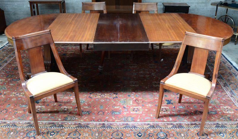 Een verlengbare mahoniehouten tafel met vier stoelen in Directoirestijl. Met drie verlengbladen.