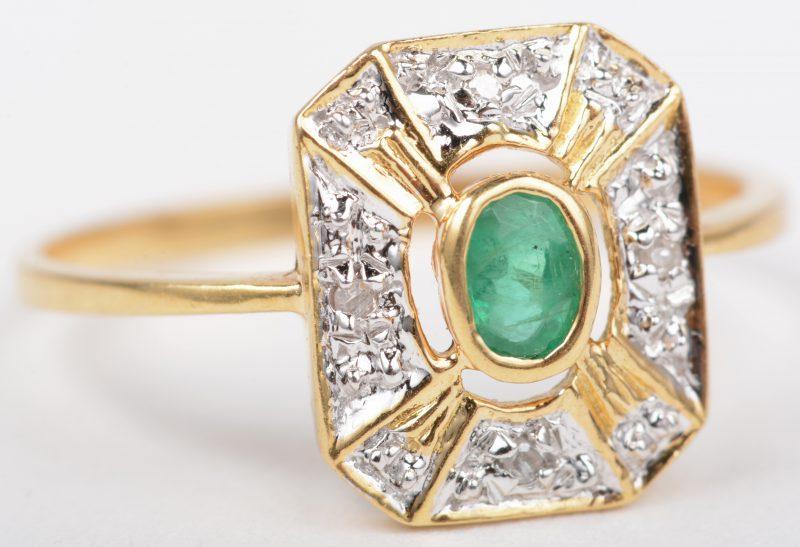Een 18 K wit en geelgouden ring bezet met een smaragd van +- 0,20 ct en vier kleine briljantjes.