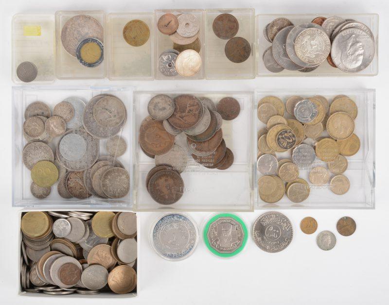 Een partij munten van allerlei landen. Daaronder enkele Franse zilveren 5 frankstukken (Napoléon III) en Liberty One dollars met Eisenhower.