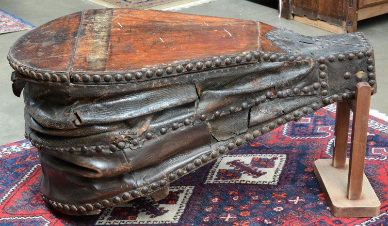 Een grote antieke blaasbalg. Met pootje zoadat hij kan gebruikt worden als salontafel.