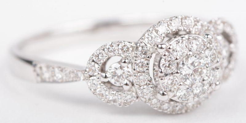 Een 18 K witgouden ring bezet met briljanten met een gezamenlijk gewicht van +- 0,50 ct.