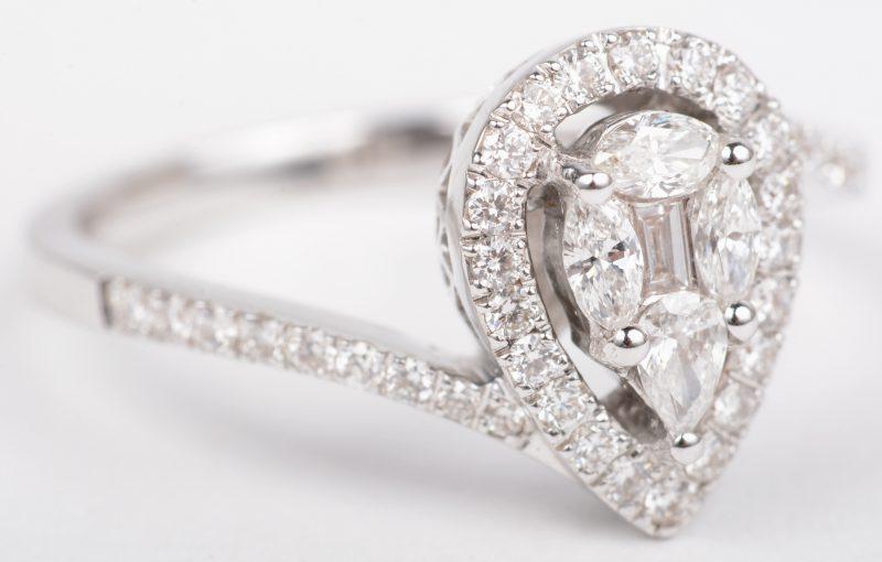 Een 18 K witgouden ring bezet met briljanten, markiezen en een baguet met een gezamenlijk gewicht van +- 0,60 ct.
