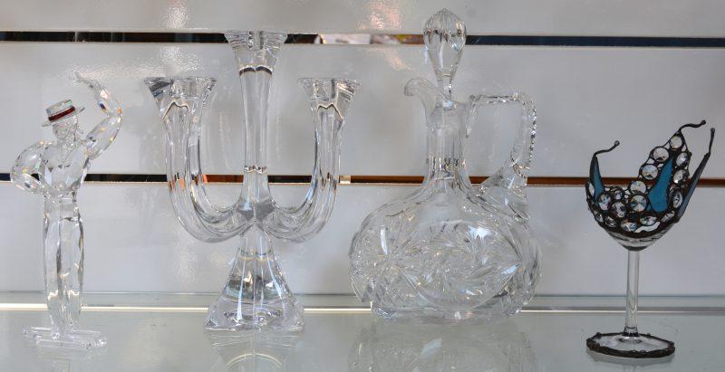 """Een lot kristallen voorwerpen, bestaande uit """"Antonio"""", een beeldje van Swarovski uit de reeks """"Magie van de dans"""" naar een ontwerp van Martin Zendron (Eén vingertje manco), een kandelaar van Villeroy & Boch, een geslepen karaf en een een sierglas op voet met kelk van blauw glas en geslepen kralen in lood."""