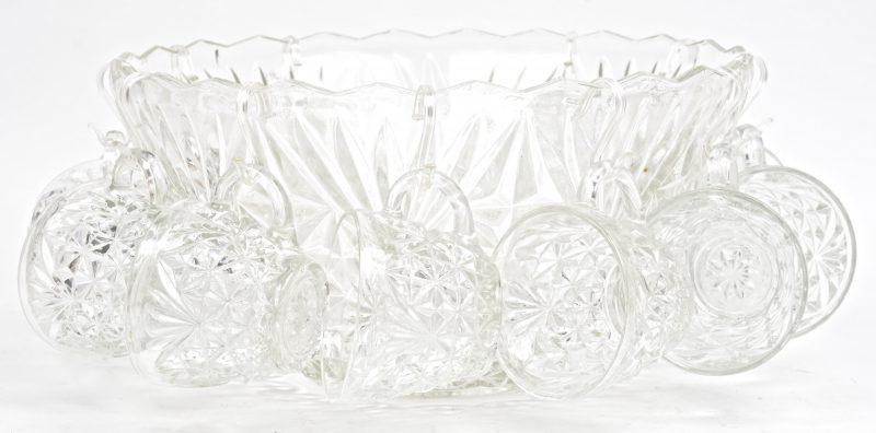 Een geslepen kleurloos glazen punchbowl met elf kopjes. Zonder lepel.