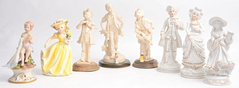 Een lot van tien verschillende beeldjes van meerkleurig kunststof, biscuit en porselein.