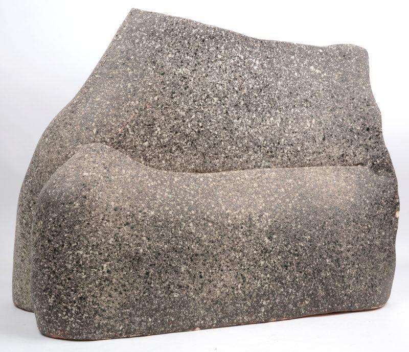 Een modern kunstwerk van wit terrracotta met een afwerking in granietlook. Kleine schilfer.