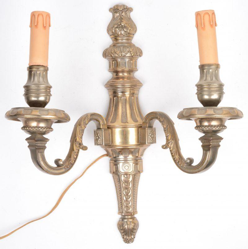 Een applique met twee lichtpunten in Lodewijk XIV-stijl. Op elektriciteit.