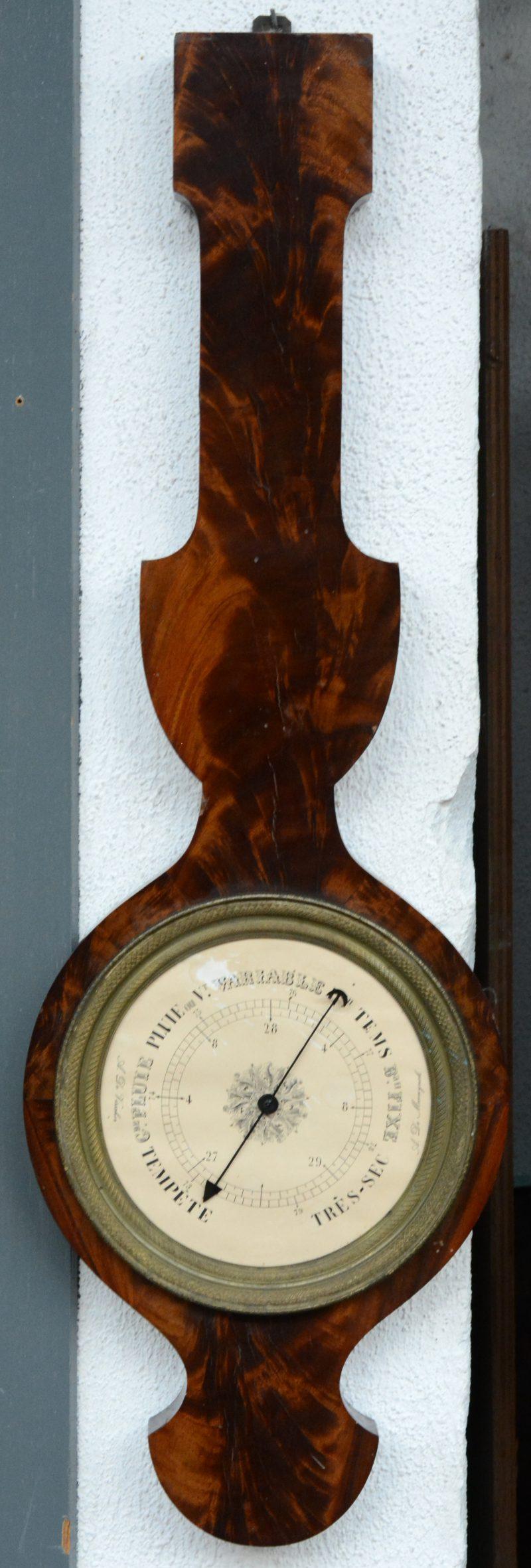 Een barometer met notenhoutfineer. Dekglas manco.