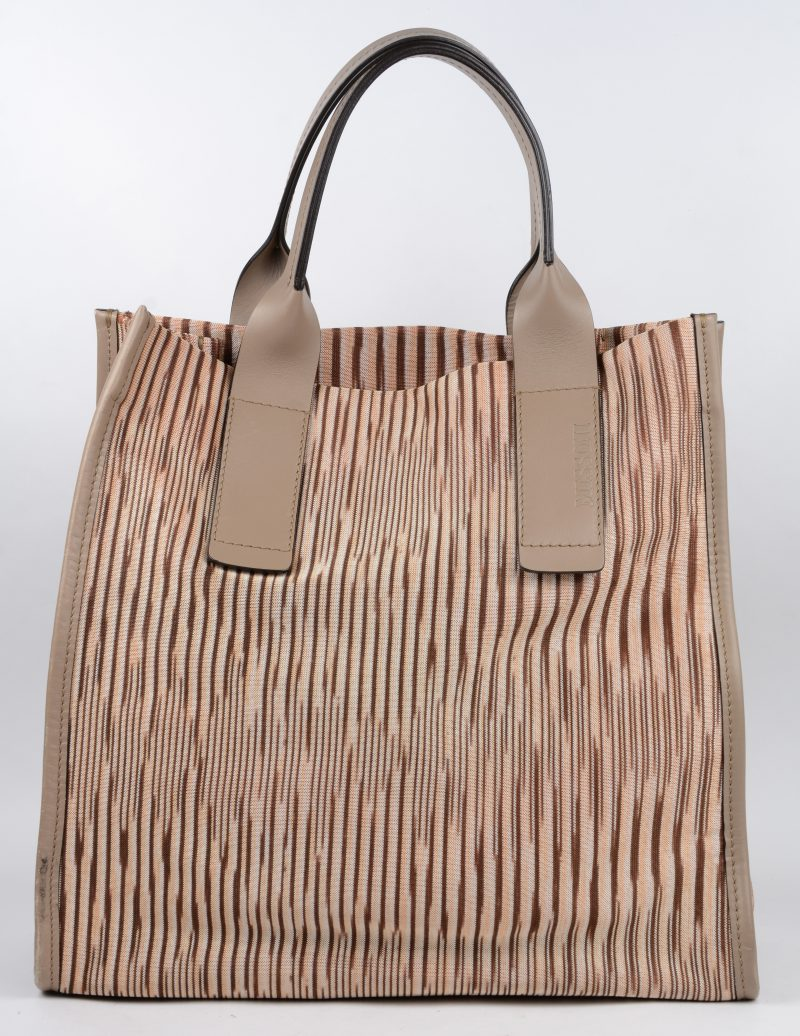 Een tweekleurige beige bruine gestreepte Missoni tas.