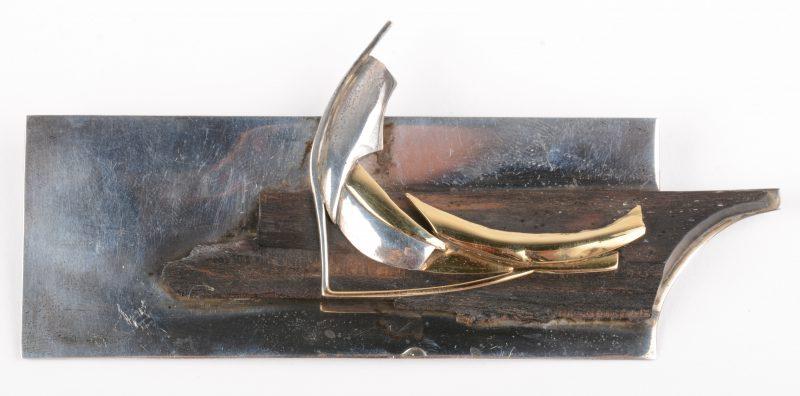 Een moderne broche van hout, zilver en 18 K geelgoud. Omstreeks 1900.