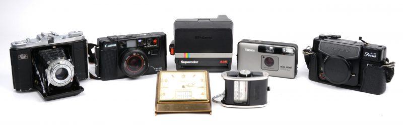 Een lot van vijf oude camera's, bestaande een Zeiss Ikon Nettar, een poloraid, een Konica, een Yashika en Canon.