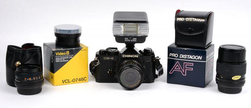 Een camera met toebehoren:- Chinon CE-4.- Twee lenzen Chinon- Lens Sony- Zonlichtfilter- Pro Distagon macro lens- Minolta flash