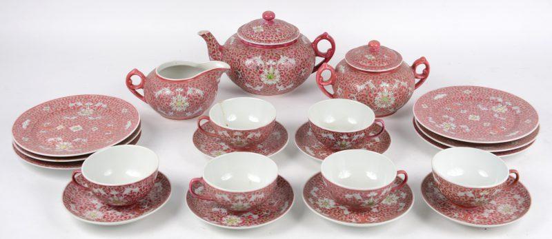 Een Chinees porseleinen thee- en koffieserviesje voor zes personen.
