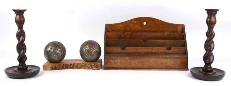 Een lot varia, bestaande uit twee getorste kandelaars (één beschadigd), een brievenrekje en twee metalen ballen.
