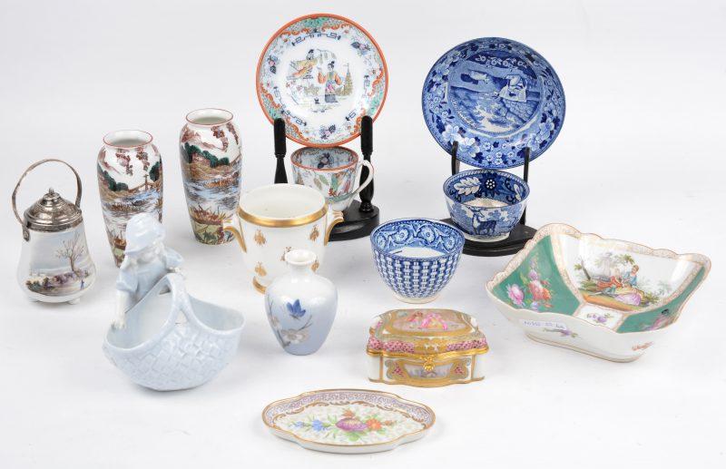 Een gevarieerd lotn Europees porselein en aardwerk, bestaande uit een juwelendoosje, kopjes en schoteltjes, een kom, een paar vaasjes enz.