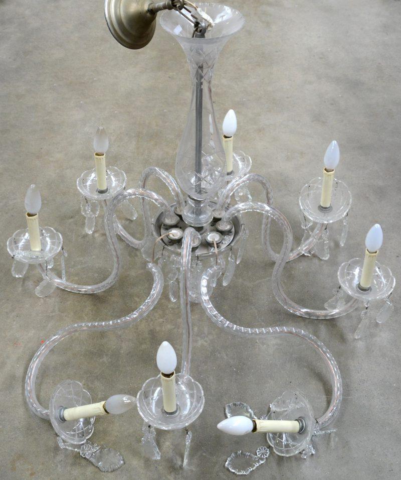 Een Venetiaanse luchter met acht armen, versierd met geslepen kristallen pendeloques. Twee armen gebroken.