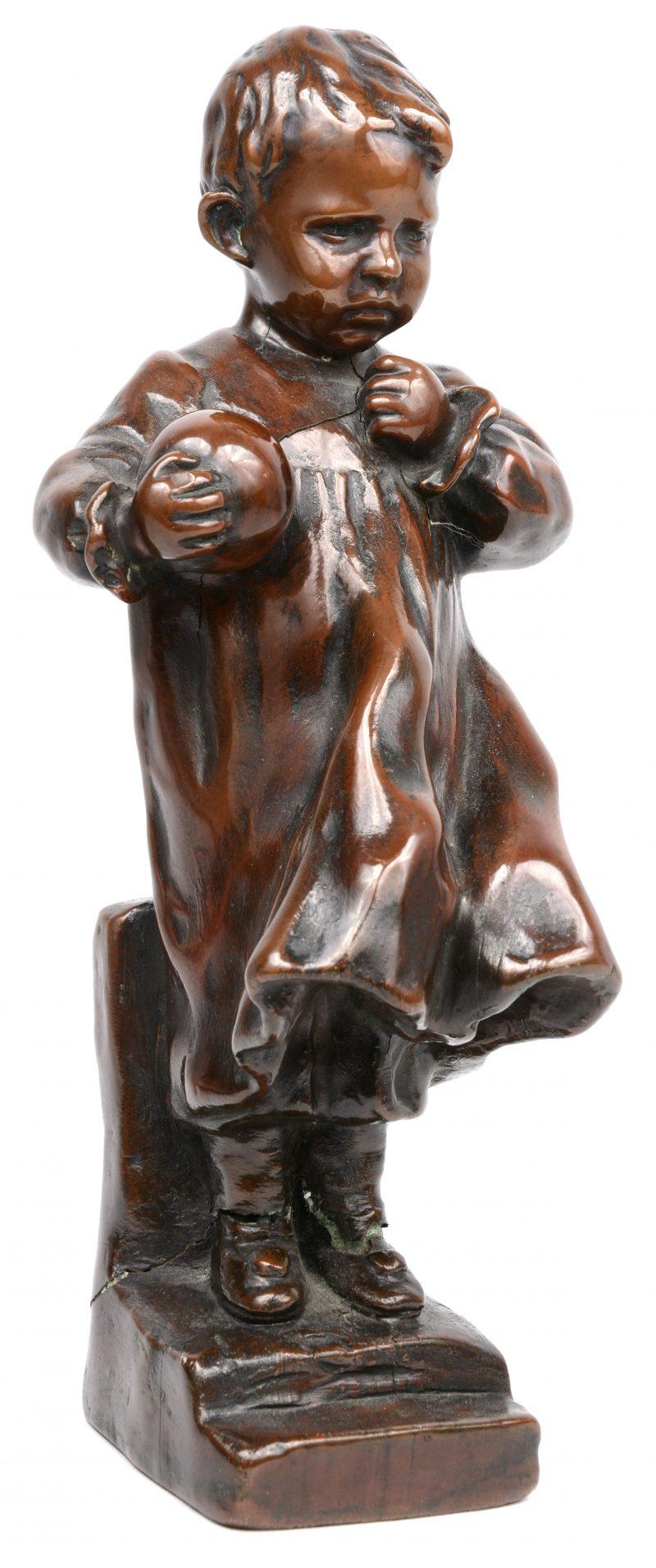 """""""Jongetje met bal"""". Een met brons bekleed beeldje naar een werk van Aureli. Gebarsten."""