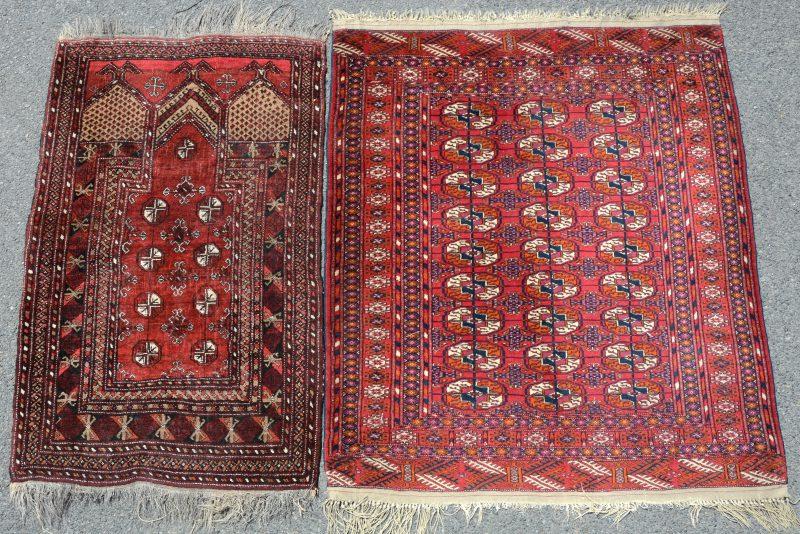 Een handgeknoopt Pakistaans wollen bidkleedje en een karpetje.