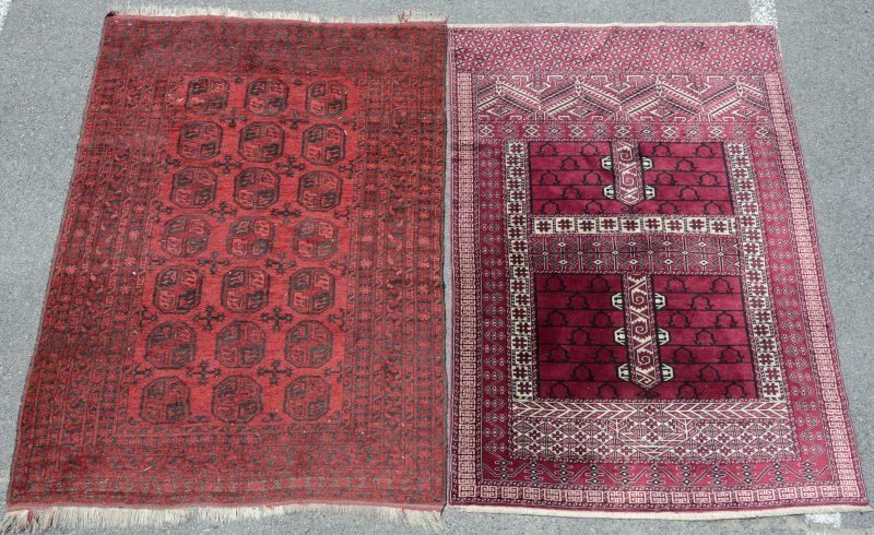 Twee handgeknoopte Pakistaanse karpetjes.