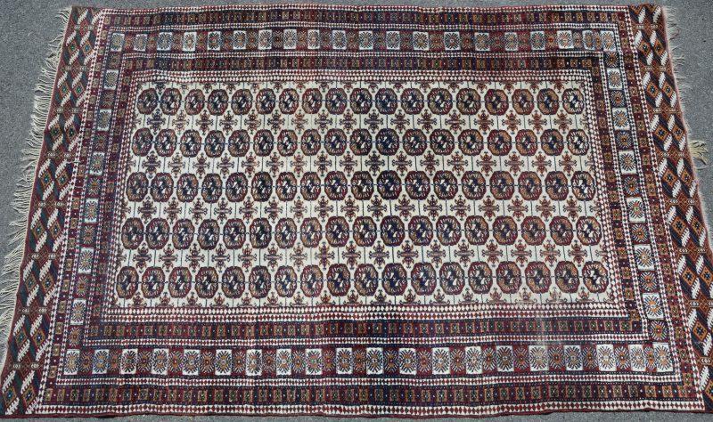 Een handgeknoopt Pakistaans wollen karpet.
