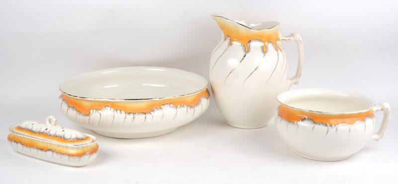 Een vierdelig aardewerken lampetstel, bestaande uit een schenkkan, schaal, zeepbakje en nachtspiegel. Onderaan gemerkt.