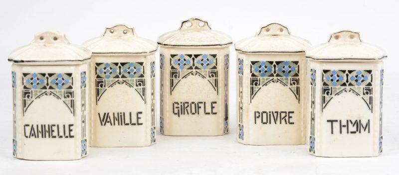 Een reeks van vijf aardewerken kruidenpotjes.