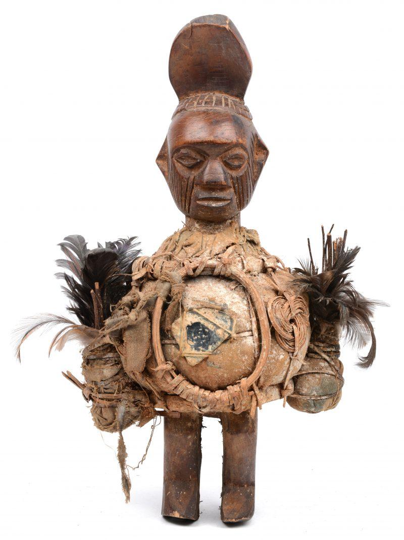 Een dubbele Luba fetisj bekleed met linnen, veren en spiegels. DRC.