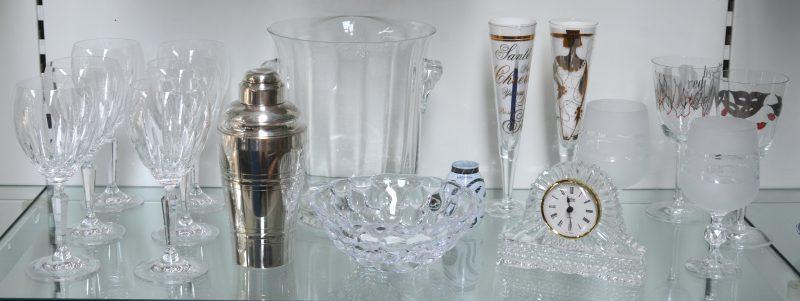 Een lot kristal en glas waaronder een ijsemmer van glas 23,5 cm, een verzilverd metalen shaker en twee 2 glazen, 2 champagne glazen 19,5 cm en 2 wijnglazen van Ritzenhoff en 6 wijnglazen van Waterford Crystal 20,5 cm.Een kommetje van Orreford een klokje en een klein souvenier glas.
