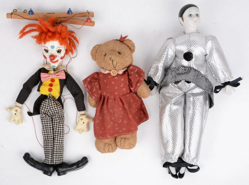 Een beertje, een marionette en een peirrot.