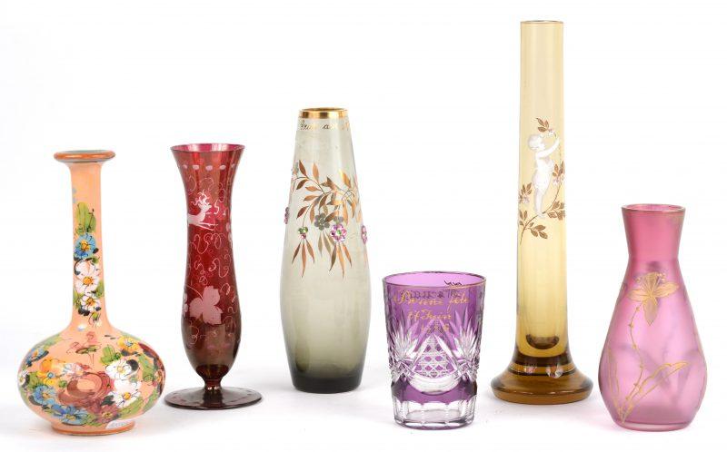 Een lot vaasjes, waarbij één gesatineerd met verguld decor, twee kristallen, twee glazen en één van aardewerk.