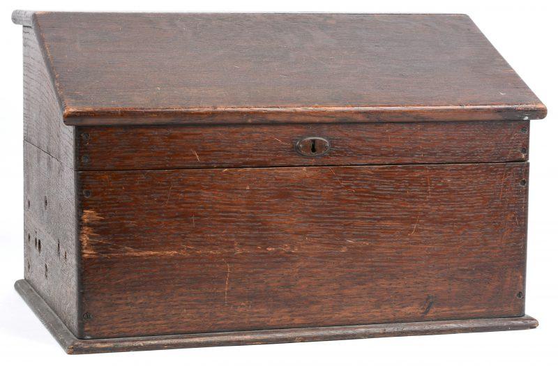 Een sober houten schrijfkoffertje.