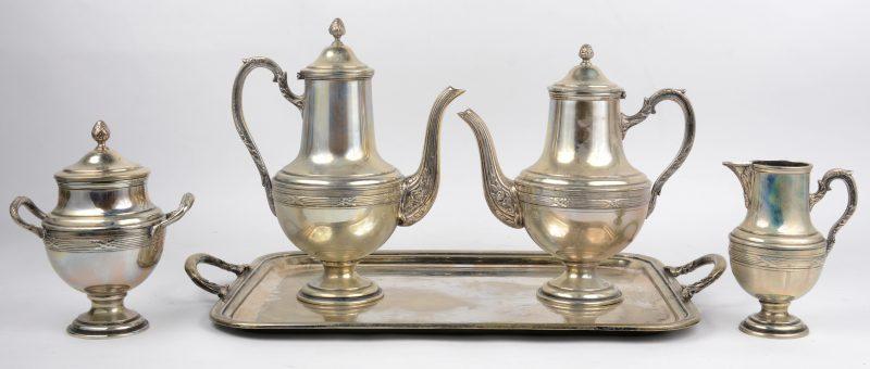 Een vierdelig koffie- en theestel van verzilverd metaal op dienblad.