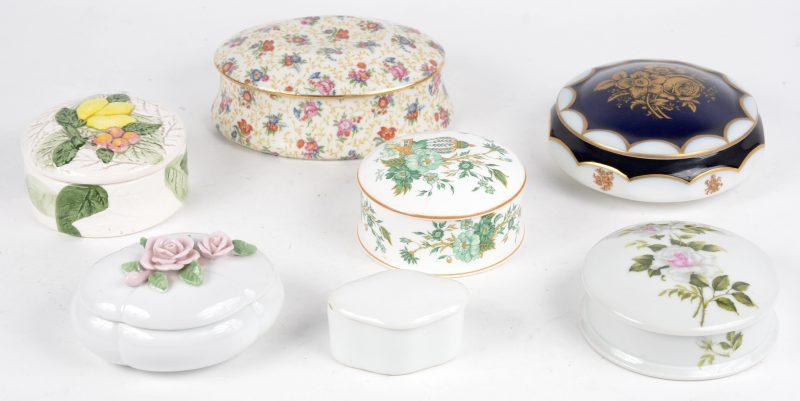 Een gevarieerd lot porseleinen bonbonnières in diverse uitvoeringen. O.a. Staffordshire & Limoges. Zeven stuks.