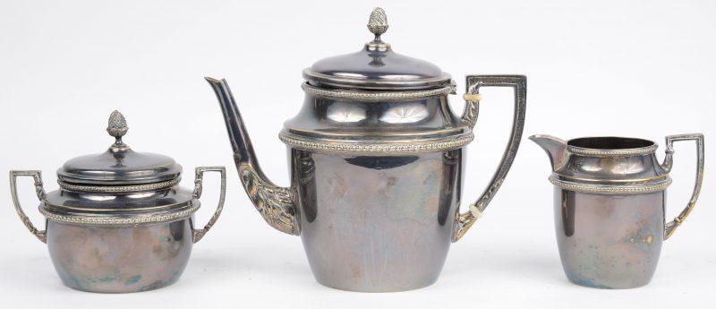 Een driedelig theestelletje van wit metaal.