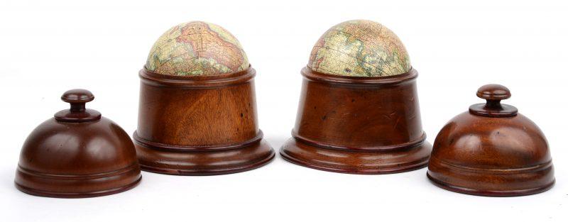 Een paar klokvormige houten doosjes met wereldbollen. Onder gemerkt 'AM'.