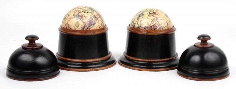 """Een paar klokvormige houten doosjes met wereldbollen. Onderaan gemerkt 'AM""""."""