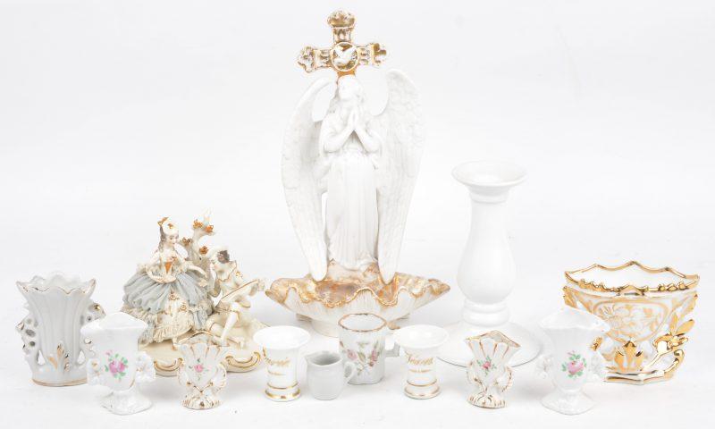 Een lot Brussels en Frans porselein, bestaande uit negen kleine vaasjes, een kleine kandelaar en, een groepje met kippeltje (beschadiging) en een wijwatervaatje met een engel.